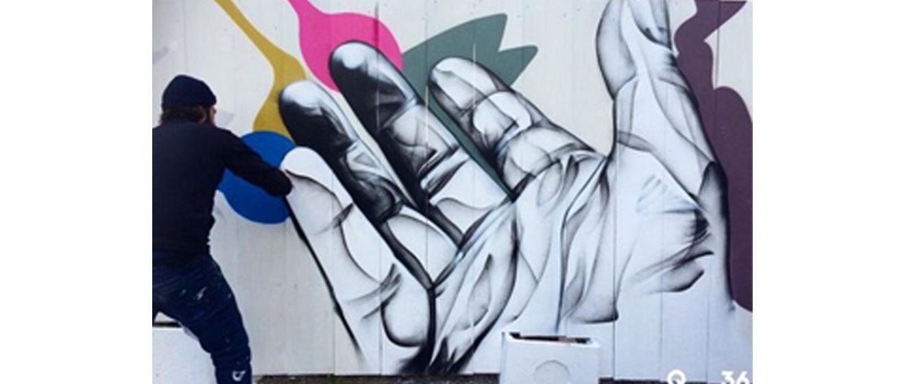 Oeuvre des artistes Djamel Oulkadi et Arnaud Kool sur la palissade du programme immobilier 5 Mail Cousteau à Massy
