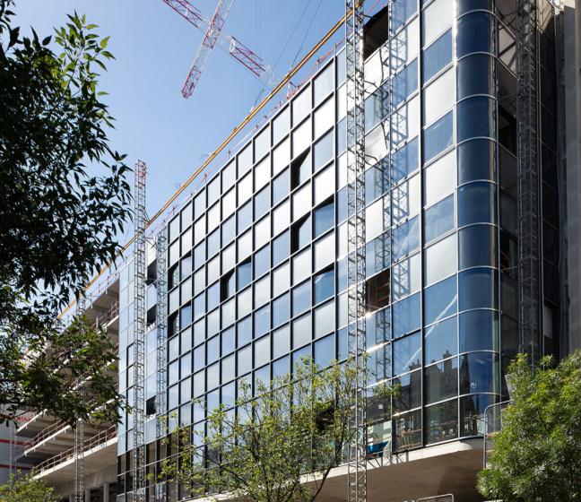 La façade en travaux de l'immeuble Morland